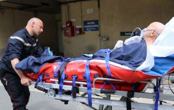 Transport de victime de l'ambulance aux urgences.